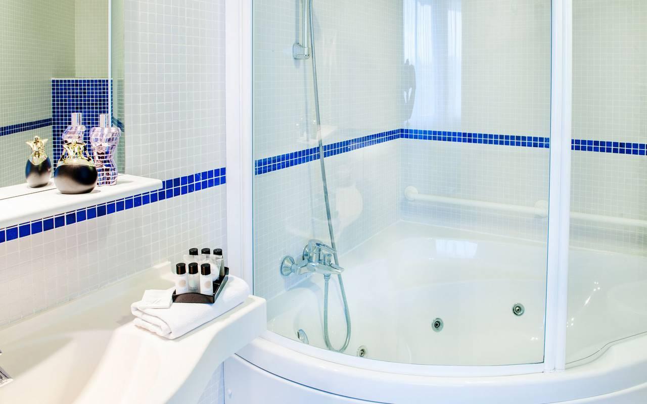 Bathroom with bathtub, 4-star hotel Lourdes, Hôtel Gallia Londres