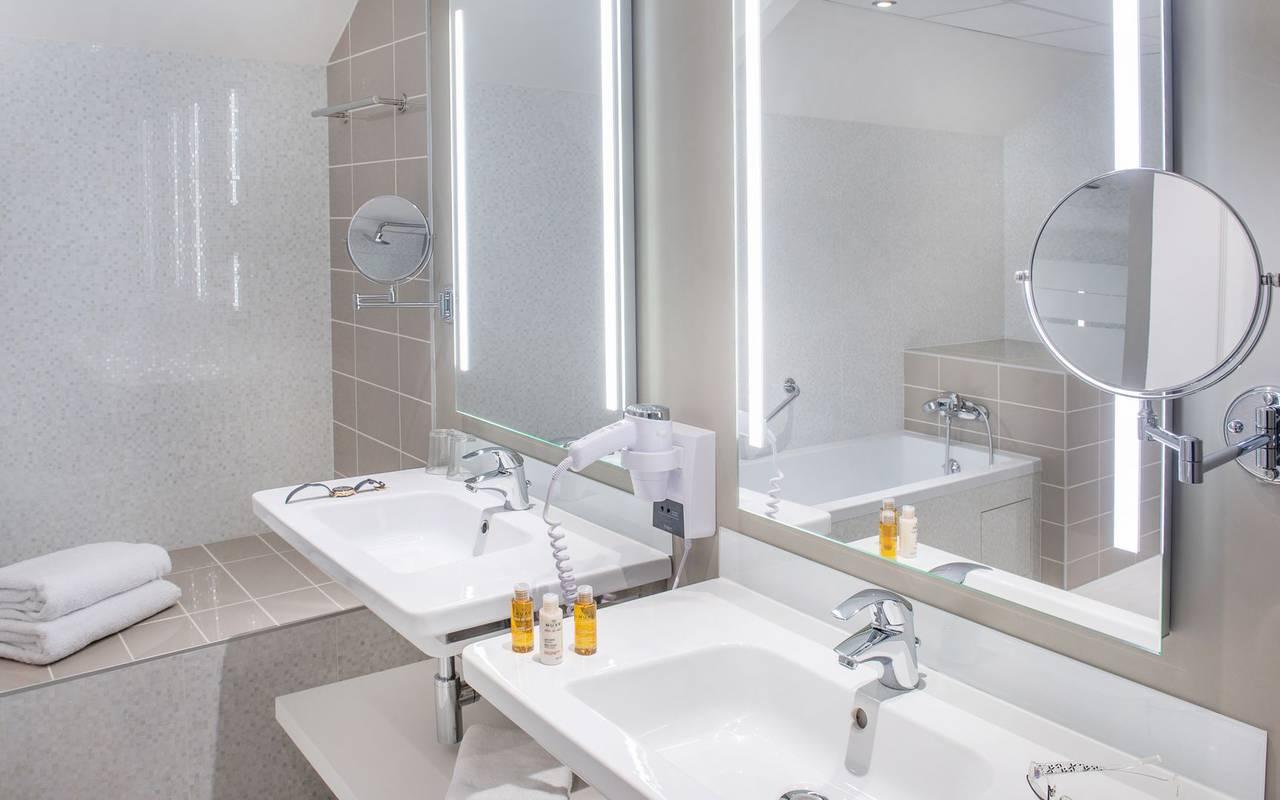 Bright bathroom, 4-star hotel Lourdes, Hôtel Gallia Londres