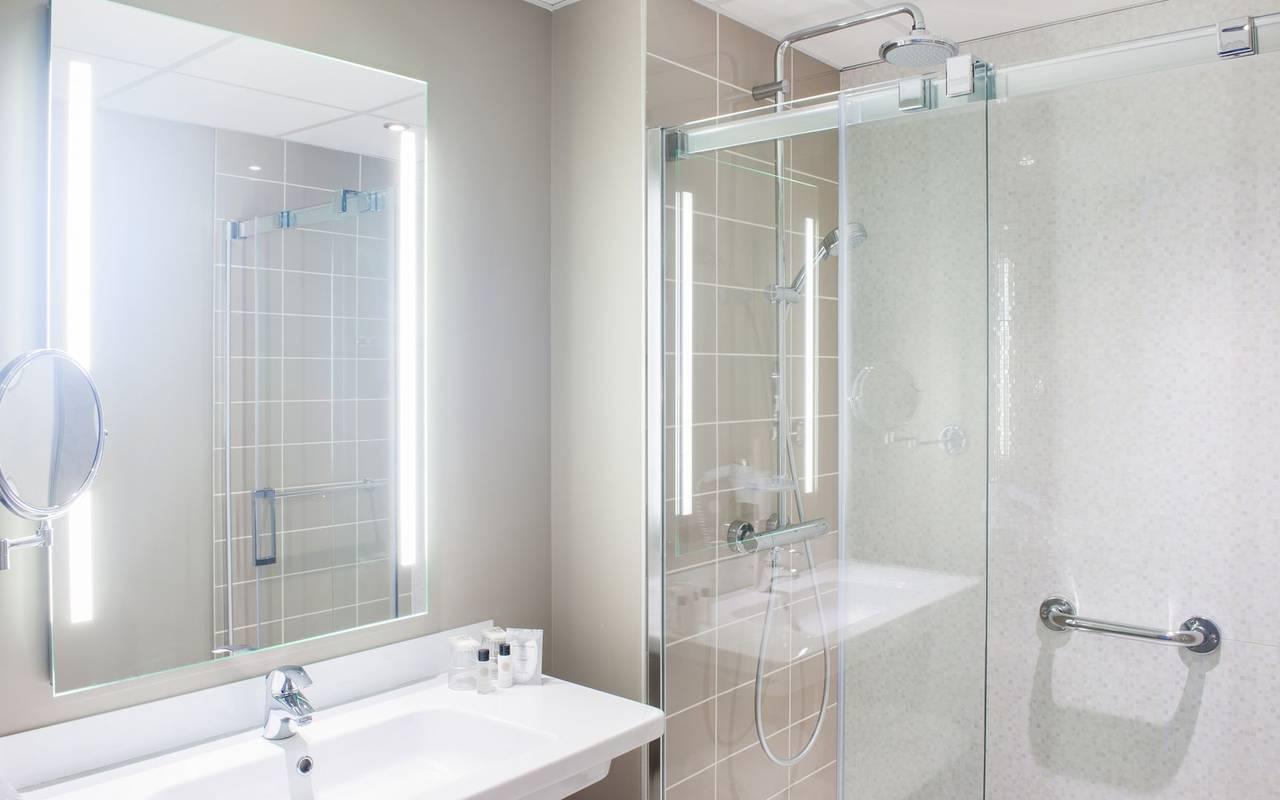 Bathroom with shower, 4-star hotel Lourdes, Hôtel Gallia Londres