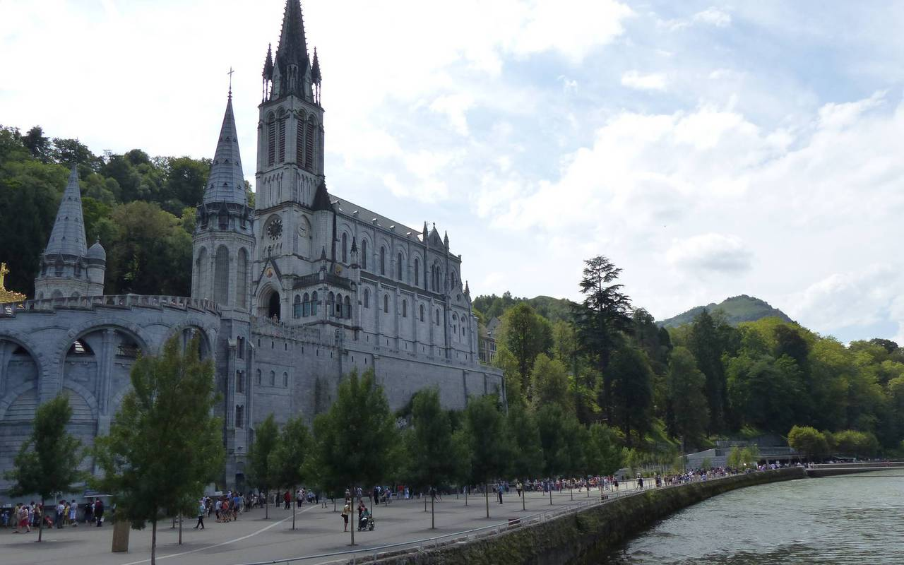 Sanctuary and canal, activities and stay in the mountains in the Pyrenees